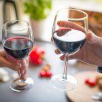 Jak podawać czerwone wino? - kieliszki i akcesoria niezbędne do czerwonego wina