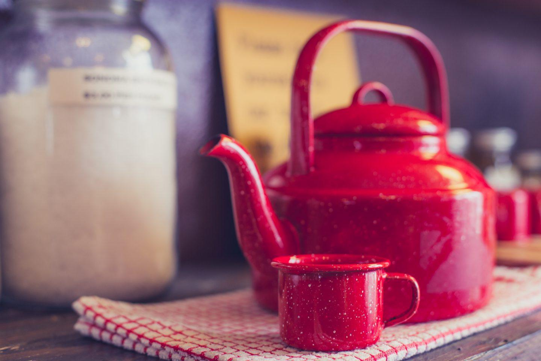 Jak usunąć kamień z czajnika? 6 sposobów pomagających odkamienić czajnik