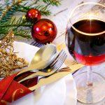 Jak udekorować stół na Wigilię w danym stylu? Dekoracje świąteczne na stół