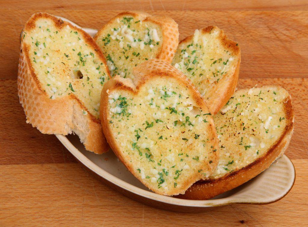 Grzanki z masłem czosnkowym