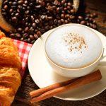 Jak spienić mleko do kawy spieniaczem i bez spieniacza?