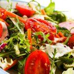 Lekkie sałatki do dań z grilla – proste przepisy