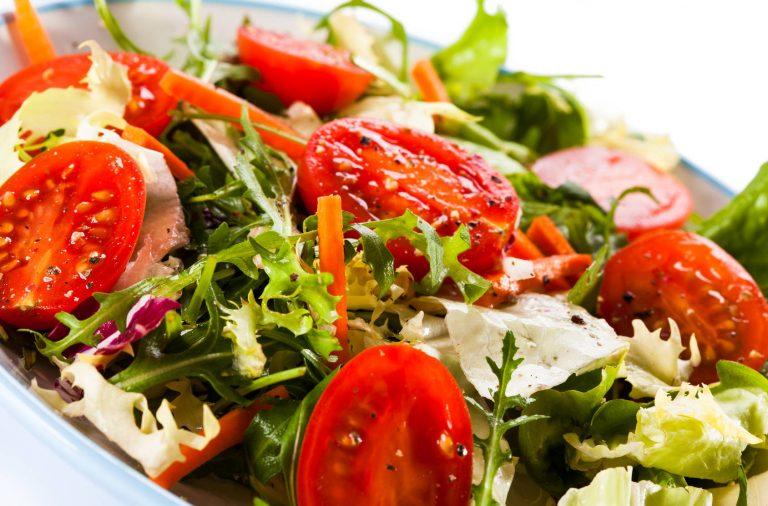 Lekkie sałatki do grilla - przepisy