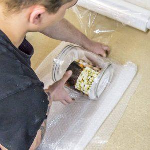 Owijanie słoja folią bąbelkową