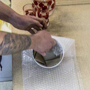 Owijanie miski w folię pęcherzykową