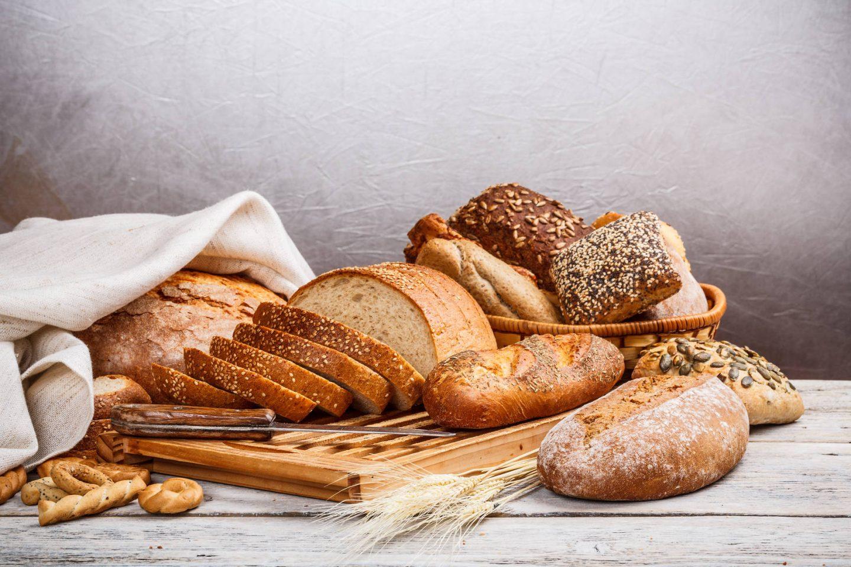 Jak odświeżyć suchy chleb i bułki? Sposoby na odświeżanie pieczywa