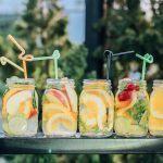 Jak zrobić domową, orzeźwiającą lemoniadę? Przepisy na owocowe lemoniady
