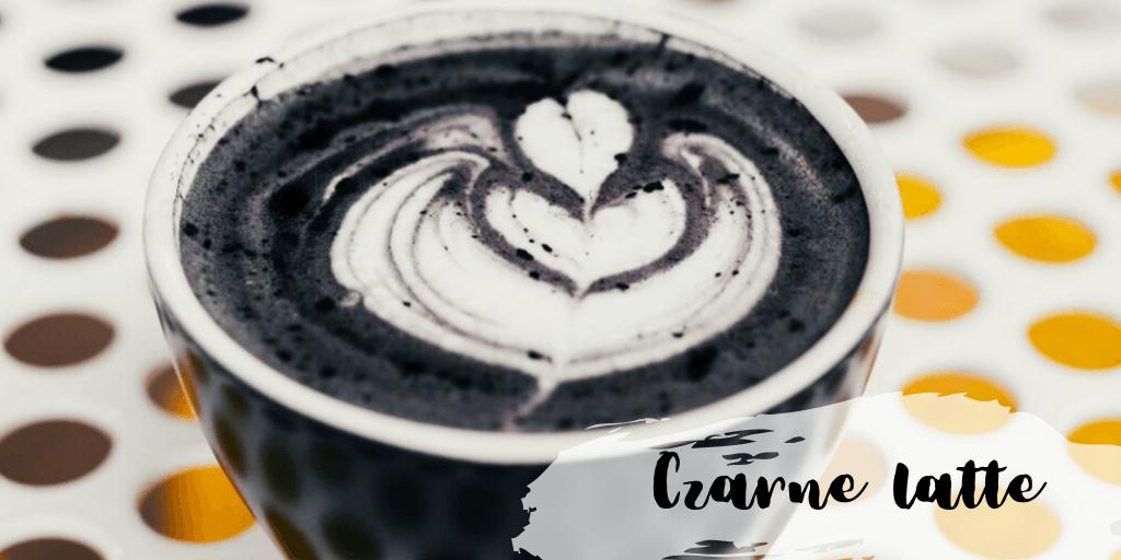 Czarne latte z węglem aktywnym