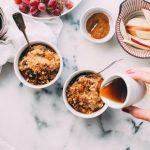 Pomysły i przepisy na rozgrzewające śniadanie – jaglanka, owsianka, pudding ryżowy i inne