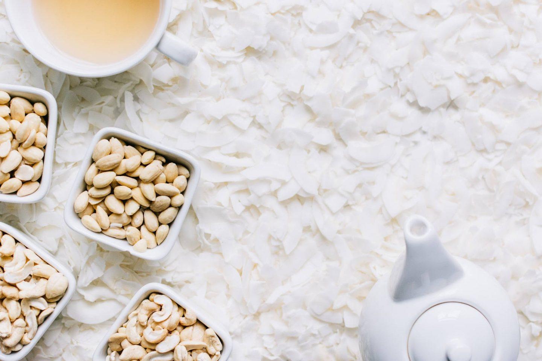 Jak zrobić mleczko kokosowe i do czego je używać? Mleczko kokosowe w puszce kontra domowe.