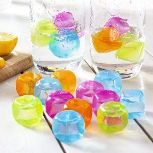 Platikowe kolorowe kostki do drinków wielokrotnego użytku