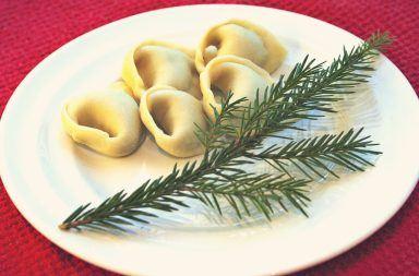 uszka 384x253 - Potrawy wigilijne: Które można przygotować wcześniej i jak je przechowywać w czasie Świąt?