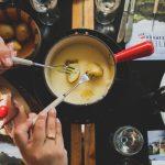 Jak zrobić domowe fondue serowe, czekoladowe i mięsne?