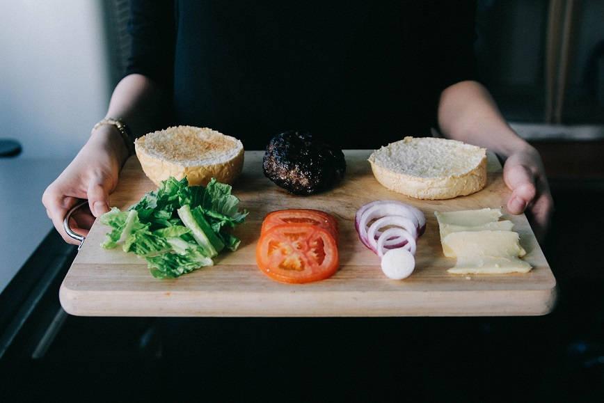 Jak zrobić domowe hamburgery drobiowe, wieprzowe i wołowe?