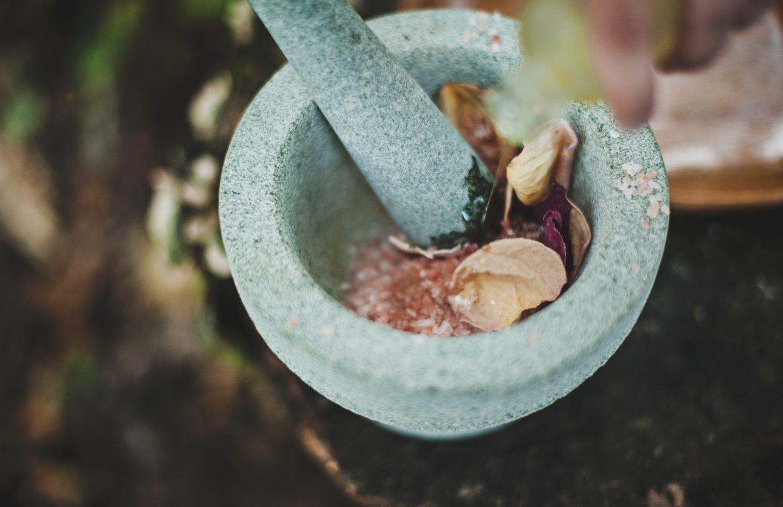 Moździerz kuchenny ceramiczny, drewniany czy kamienny – jaki wybrać ?