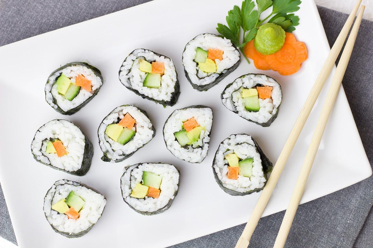 Jaki zestaw naczyń do serwowania sushi wybrać? Naczynia i akcesoria do domowego sushi