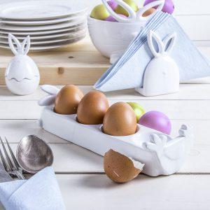 talerz na jajka ceramiczny kurka i zajaczek 300x300 - Pomysły na ozdoby wielkanocne – do domu, na stół i na okno. Przegląd