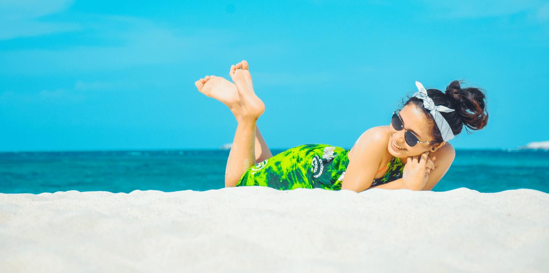 Co zabrać ze sobą na plażę i nad morze? Niezbędnik plażowicza