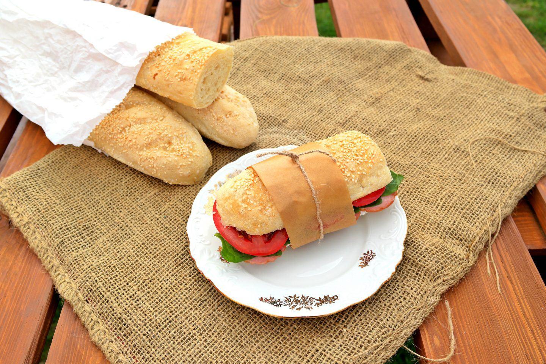 Francuskie bagietki pszenne z piekarnika - przepis na pieczywo i kanapki