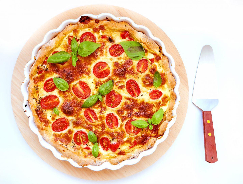 Tarta a'la pizza z mozarellą, pomidorkami i kurczakiem - przepis