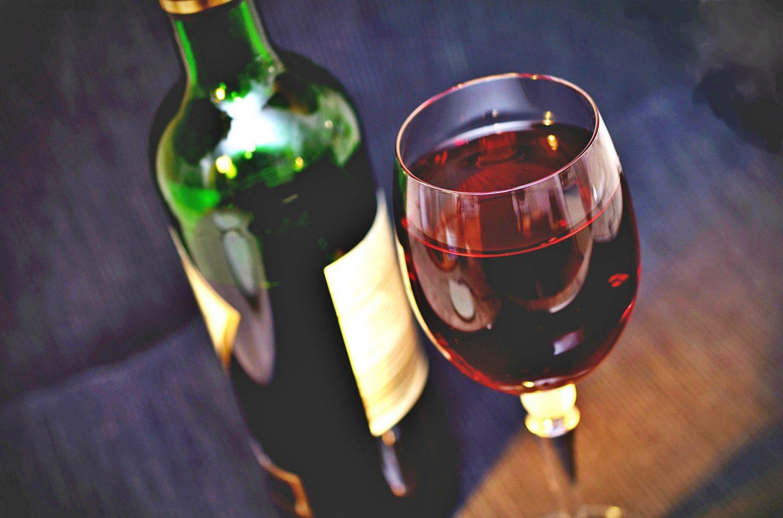 Zestaw do robienia domowego wina – przydatne akcesoria winiarskie
