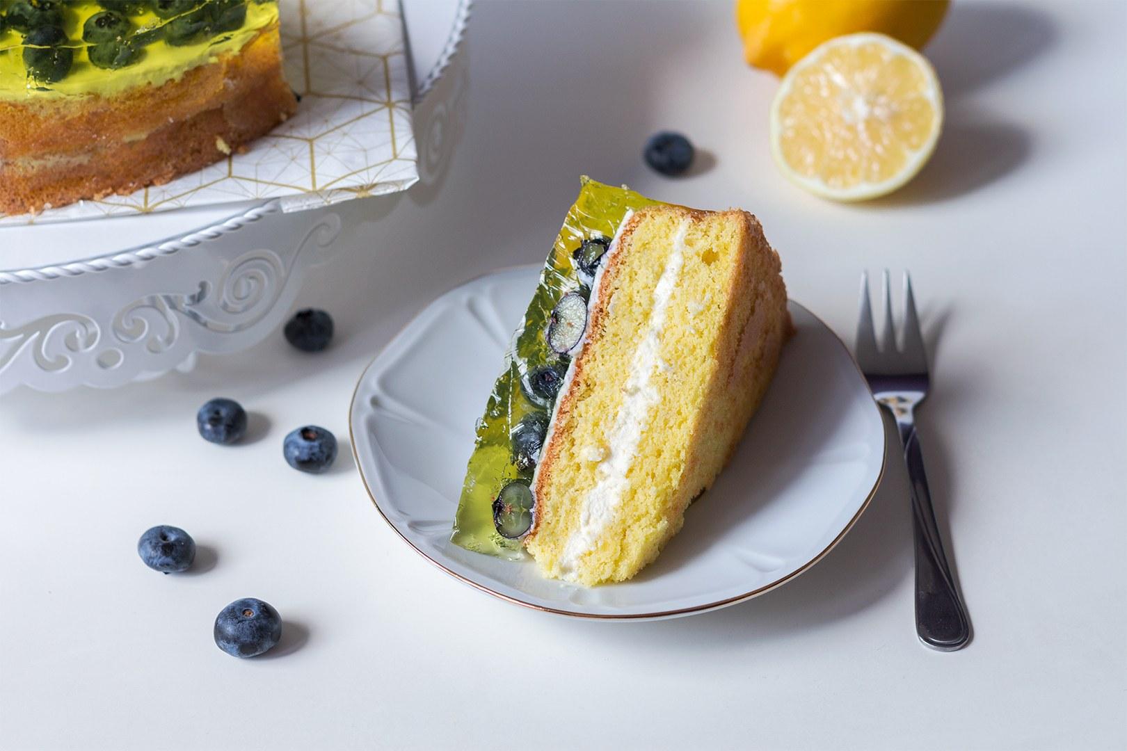 Poznaj przepis na orzeźwiający tort z serkiem mascarpone z lekko kwaśną cytryną, przełamaną słodkimi borówkami. To oryginalny pomysł na elegancki torcik dla gości - doskonale prezentuje się na stole... i doskonale smakuje!  Do wykonania przepisu wykorzystałam tortownicę z wyjmowanym dnem Florina Likoris 26 cm. Cytrynowy tort z borówkami wyśmienicie prezentuje się na metalowej paterze na ciasto Birmann Cake Couture, a smakuje jeszcze lepiej na porcelanowym talerzyku Mariapaula z linii Geometria Złota.