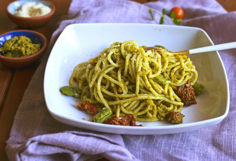 Makaron z domowym pesto bazyliowym, bobem i suszonymi pomidorami - przepis