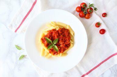 Makaron z sosem pomidorowym przepis