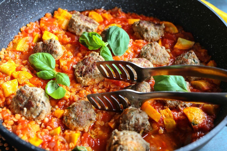 Przepis na wołowe pulpety w sosie pomidorowym z soczewicą i cukinią