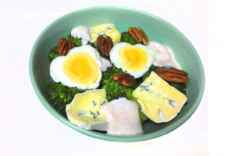 Sałatka z brokułów z serem, jajkiem i orzechami - przepis