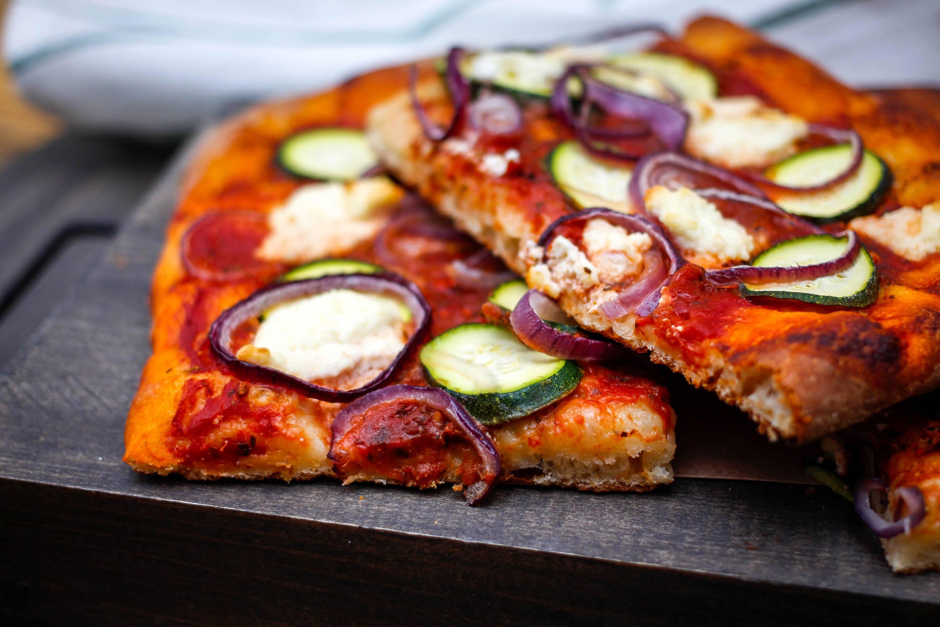 Pizza z cukinią i mozzarellą