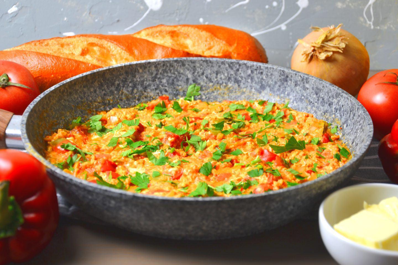 Jajecznica z papryką, pomidorami i cebulą po turecku - przepis