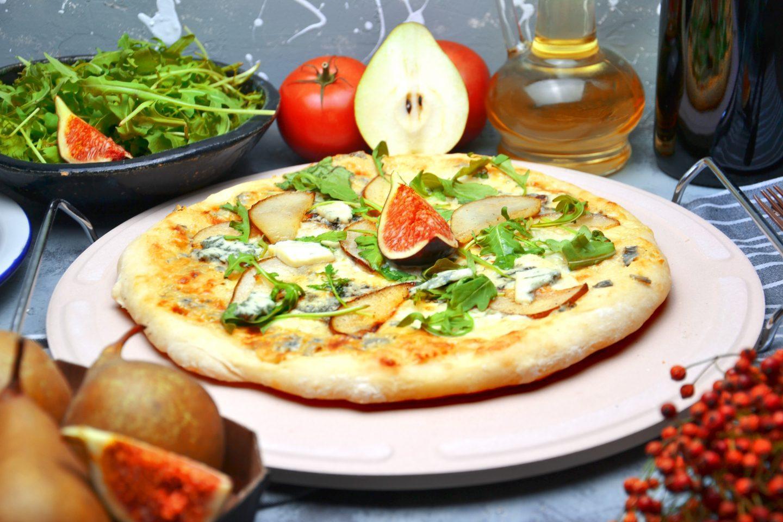 Domowa pizza z sezonowymi dodatkami - przepis na blachę