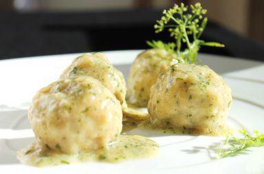 Gotowane klopsy mielone w sosie koperkowym – przepis