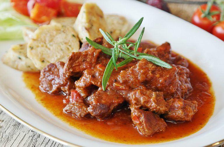 Karkówka z piekarnika w sosie pomidorowym – przepis
