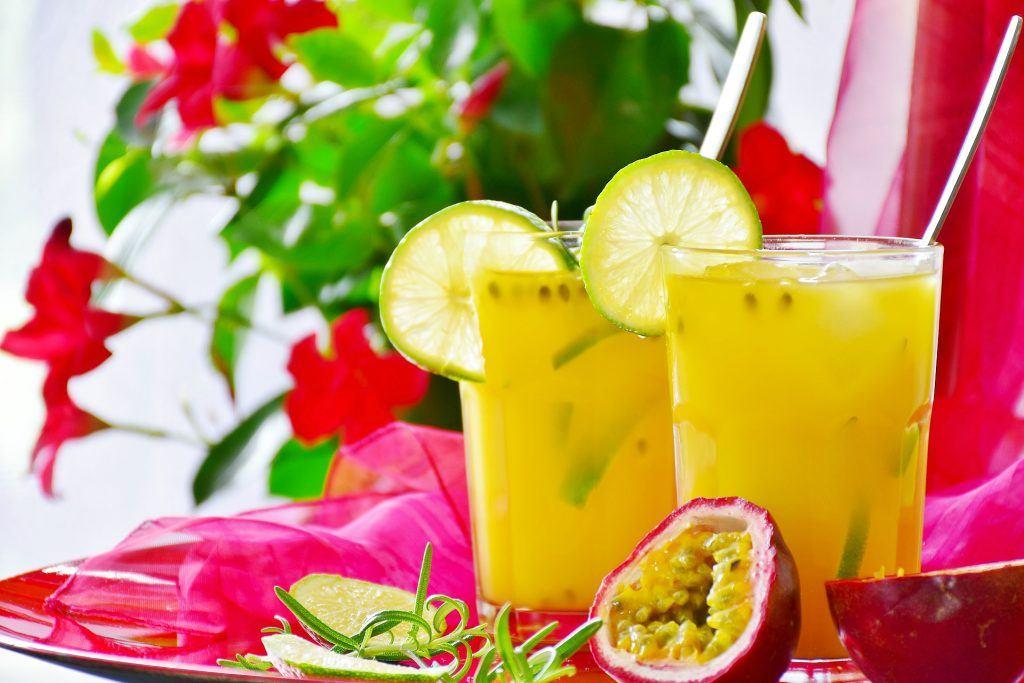 Koktajl pomarańczowy z marakują i limonką - przepis