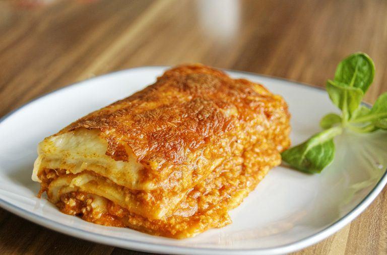 Lasagne bolognese z mięsem mielonym i sosem beszamelowym - prosty przepis