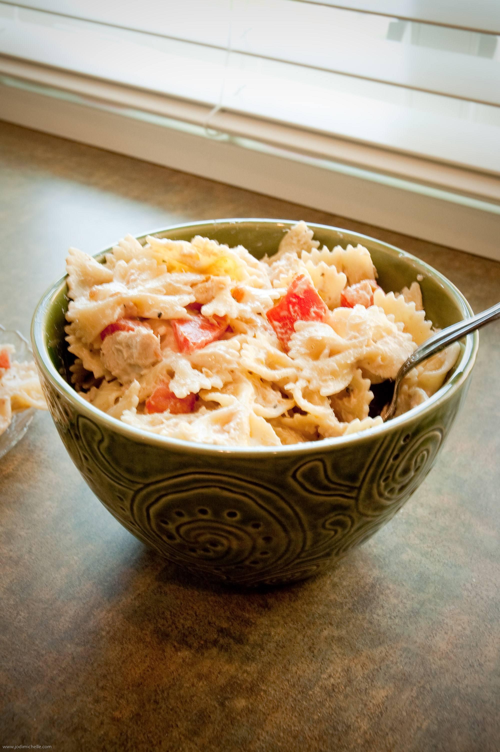 - 30 dag makaronu (np. kokardek) - 2 duże pomidory - 30 dag tuńczyka w sosie własnym - 1 łyżka oliwy z pestek winogron - 2 łyżeczki soku z cytryny - kilka listków świeżej bazylii do dekoracji - sól do smaku - pieprz do smaku