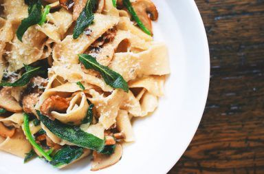 Przepis na smażony makaron po wiejsku – z pieczarkami, serem i kiełbasą