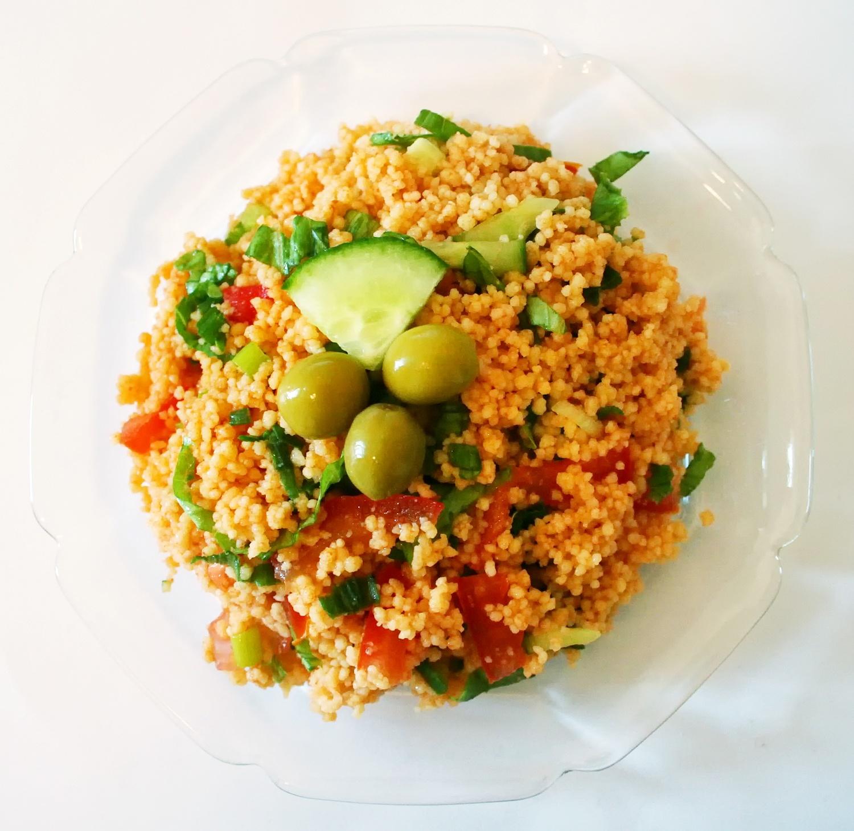 Sałatka turecka KISIR, czyli kuskus z warzywami – przepis