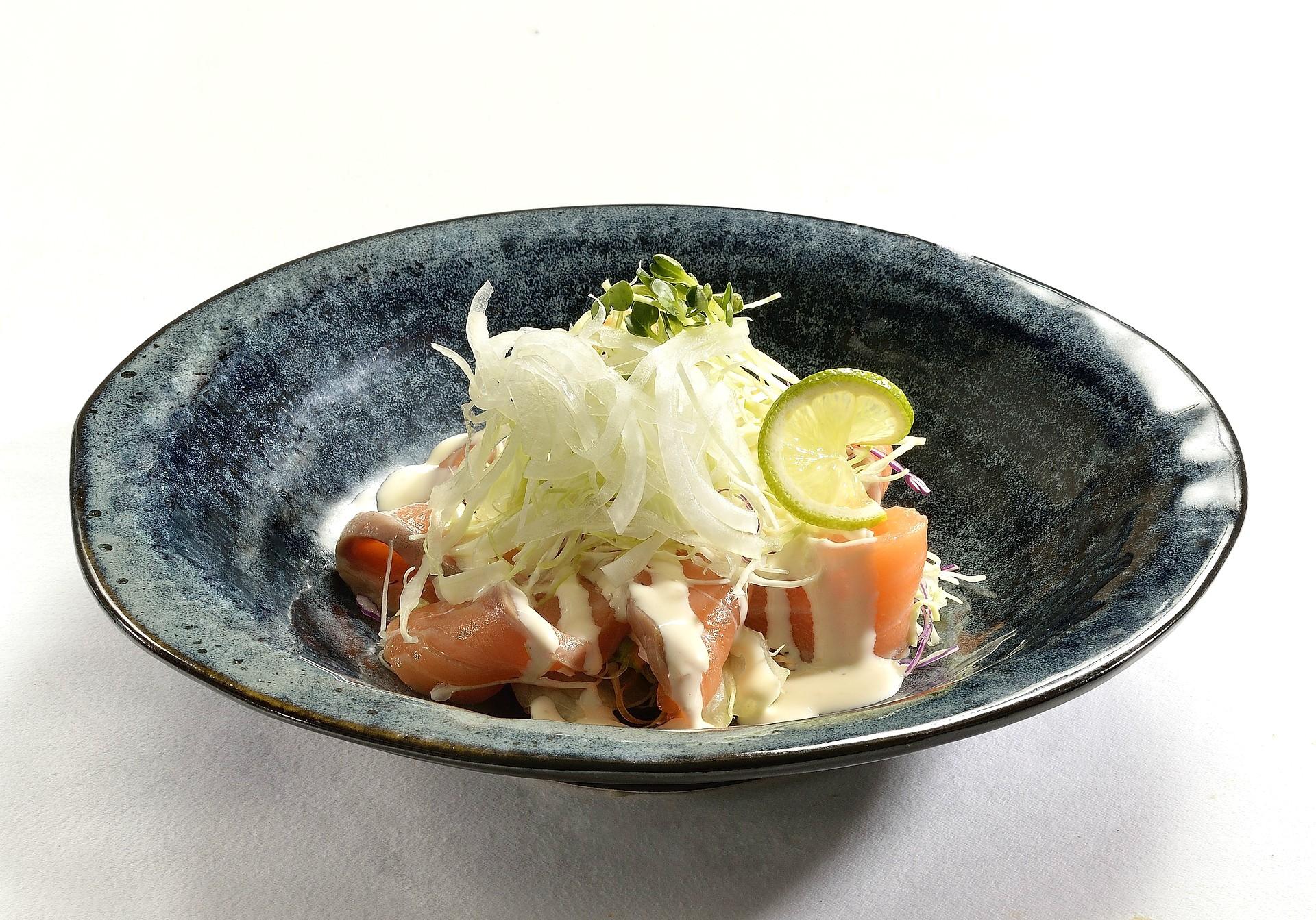 Sałatka z łososiem wędzonym cebulą i kiełkami – przepis