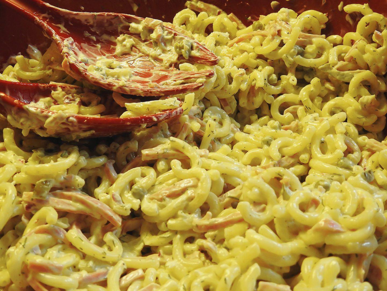 Sałatka z makaronu z zupek chińskich z szynką konserwową i majonezem – przepis