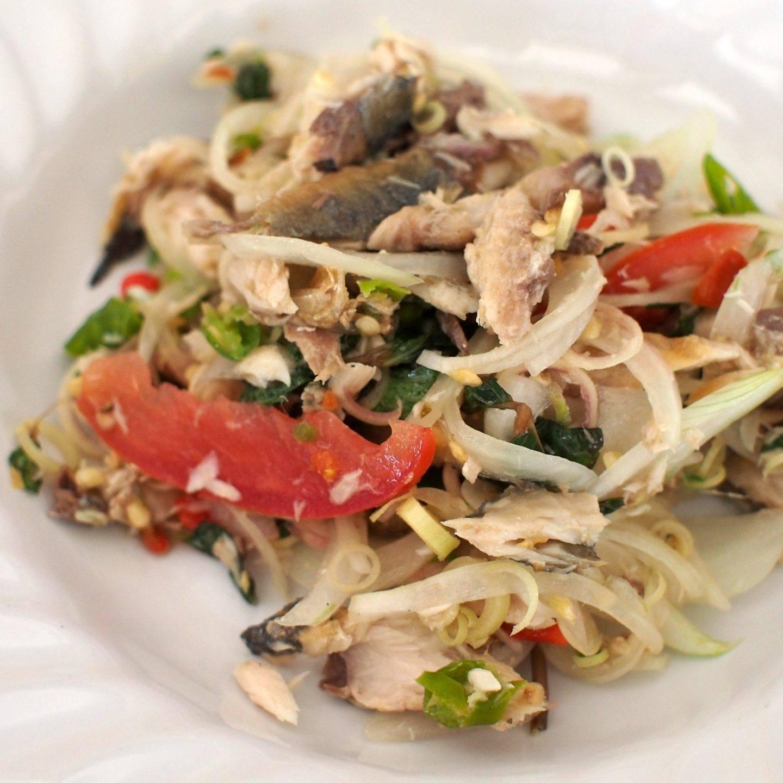 Sałatka z makrelą wędzoną i pomidorami – przepis