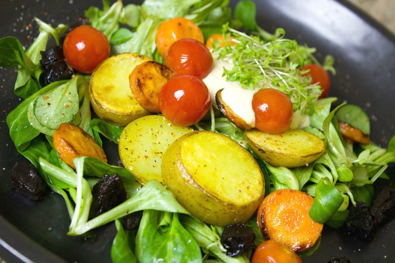 Sałatka z pieczonymi ziemniakami, marchewką i suszonymi śliwkami – przepis