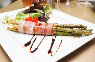 Szparagi z szynką parmeńską z piekarnika – prosty przepis