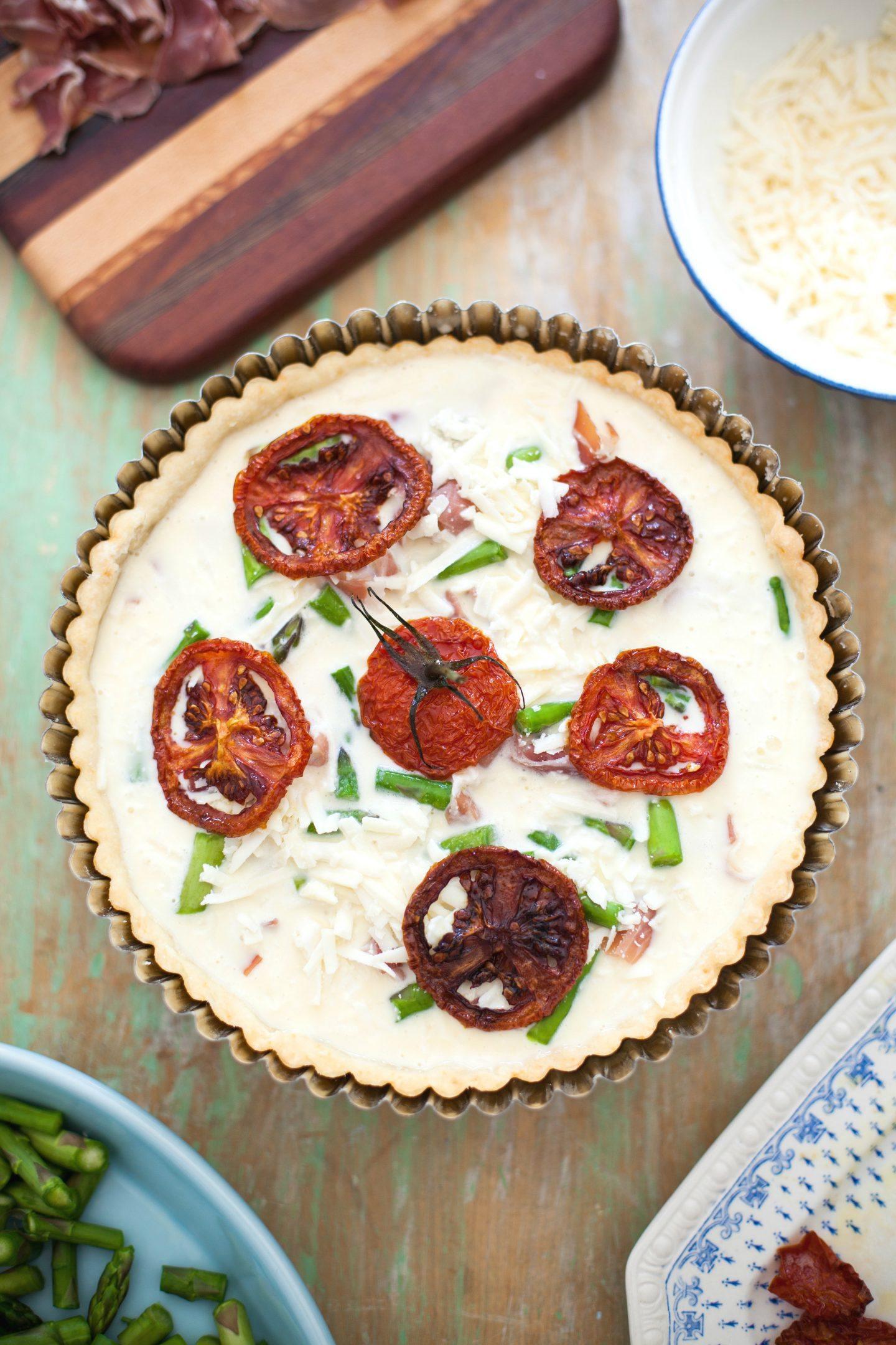 Wytrawna tarta na słono z łososiem, pomidorami i szparagami – przepis