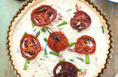 Tarta z łososiem, pomidorami i szparagami – przepis