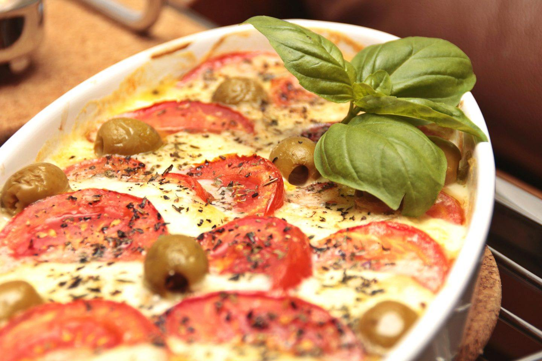 Zapiekanka z pomidorami, jajkiem i mozzarellą – przepis