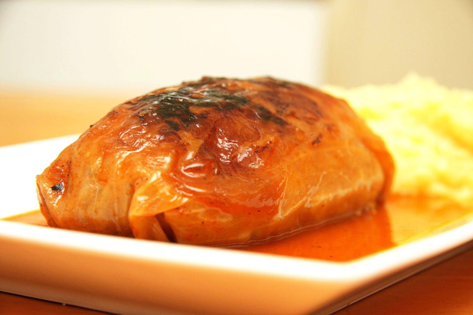 Gołąbki pieczone z ryżem i mięsem w sosie pomidorowym - przepis