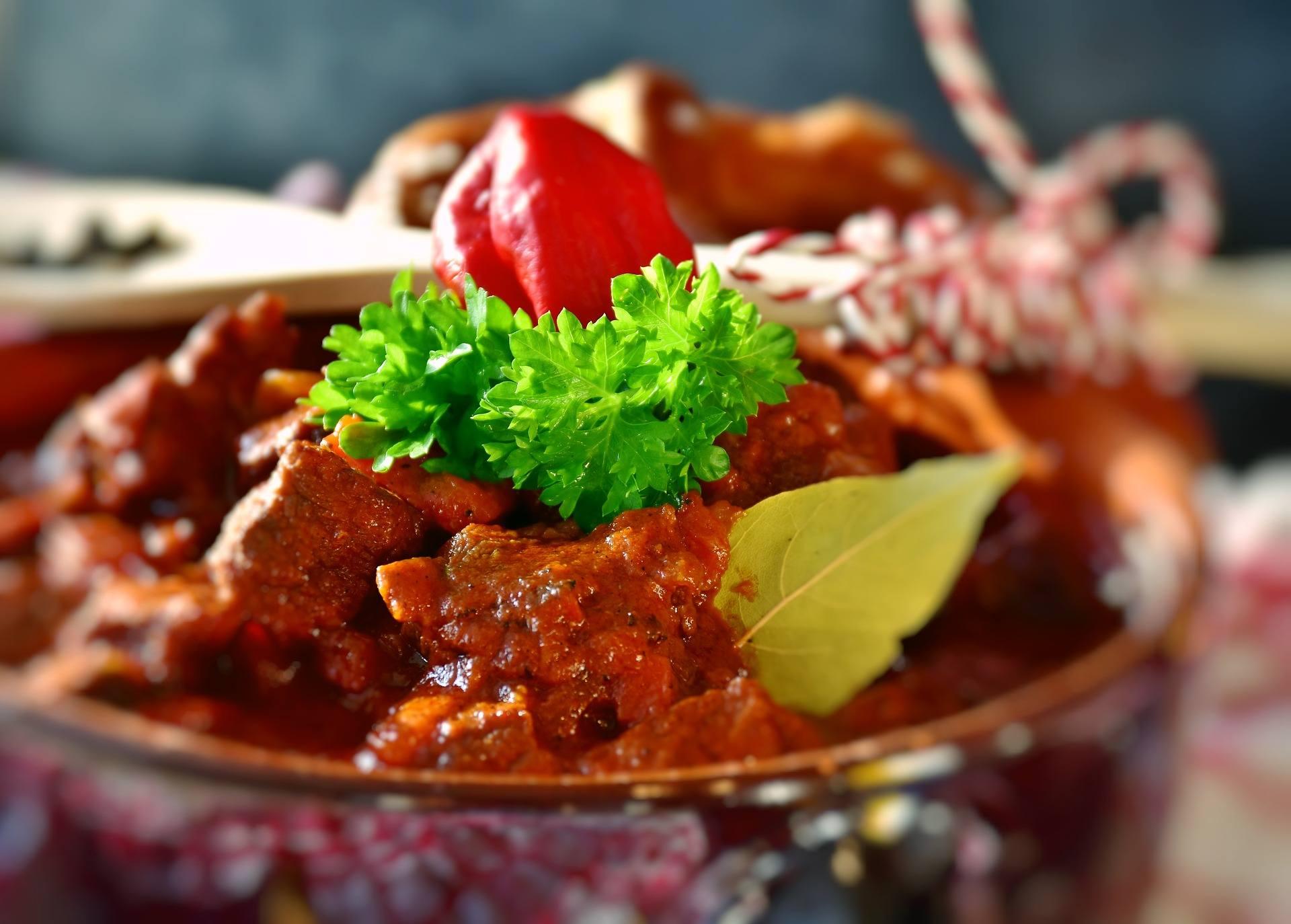 Gulasz z wołowiny po węgiersku w miseczce